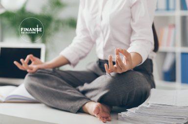 uważne wydatki kobieta medytująca na biurku z papierami